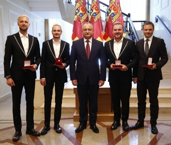 Moldovan president Igor Dodon decorating SunStroke Project